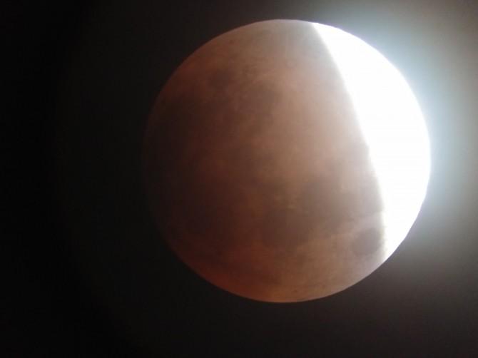 31일 밤 서울 용산 과학동아천문대에서 바라본 달의 모습. 개기월식이 진행되며 달이 붉은 빛을 띄기 시작했다. - 과학동아천문대 제공